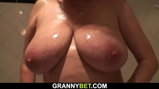 Old woman likes it from behind